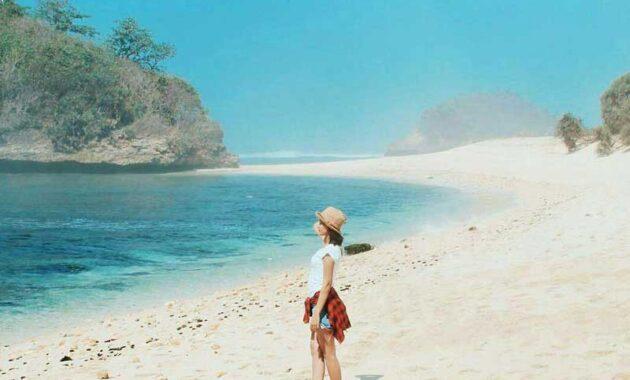 10 Pantai Di Malang Yang Bagus Tiga Warna Untuk Berenang 2020 Terkenal Akses Jalan Mudah Dan Ada Penginapan Jejakpiknik Com